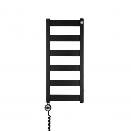 Grzejnik łazienkowy elektryczny Terma Leda. Grzejnik wąski o szerokości 30cm i wysokości 67cm, kolor czarny mat. Z lewej strony zamontowana czarna grzałḱa elektryczna Moa o mocy 200W
