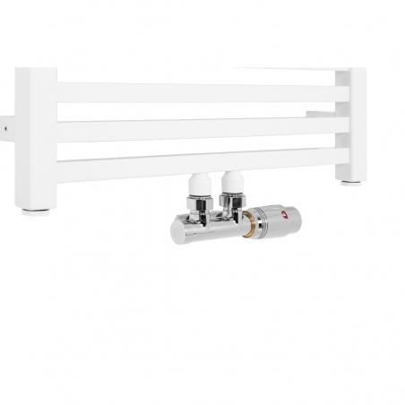 Płaski grzejnik dekoracyjny łazienkowy Essence o szerokości 50cm z podłączeniem dolnym środkowym o rozstawie 50mm wraz z zaworem zespolonym Multiflow w chromie