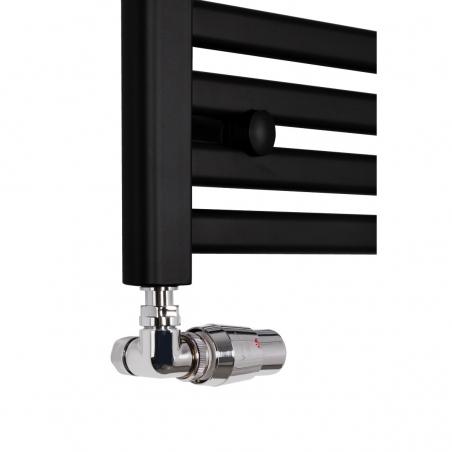 Zawór termostatyczny Vision figura osiowo-lewa zamontowany na czarnym grzejniku Intention