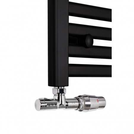 Przyłącze jednootworowe chromowana Unico firmy Vario Term. Figura kątowa lewa. Zamontowane na czarnym grzejniku łazienkowym Intention
