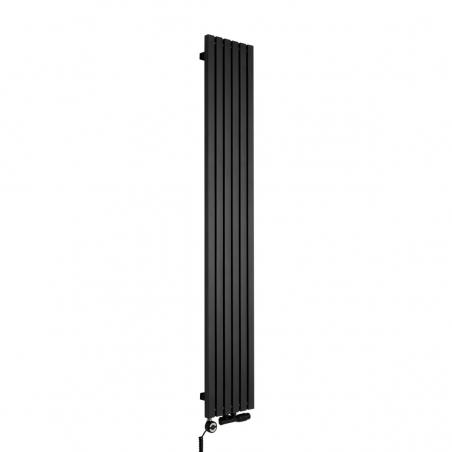 Grzejnik dekoracyjny pionowy Advantage o wymiarach 180x29 w kolorze czarnej struktury, z dopasowaną kolorystycznie grzałką elektryczną MOA 600W, oraz zaworem termostatycznym zespolonym Multiflow w figurze kątowej prawej.