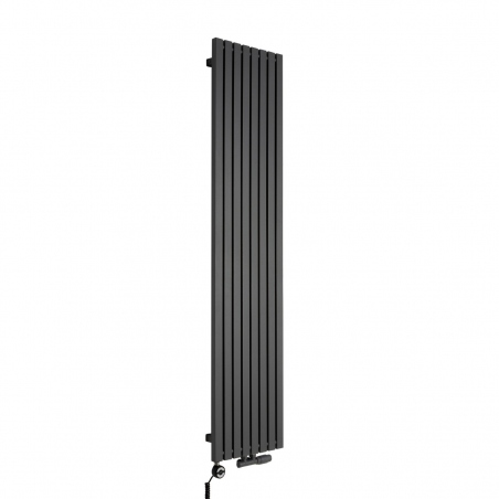 Grzejnik dekoracyjny pionowy Advantage o wymiarach 180x39 w kolorze grafit struktura, z dopasowaną kolorystycznie grzałką elektryczną MOA 800W, oraz zaworem termostatycznym zespolonym Multiflow w figurze kątowej prawej.