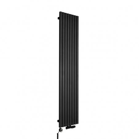 Grzejnik dekoracyjny pionowy Advantage o wymiarach 180x39 w kolorze czarnej struktury, z dopasowaną kolorystycznie grzałką elektryczną MOA 800W, oraz zaworem termostatycznym zespolonym Multiflow w figurze kątowej prawej.