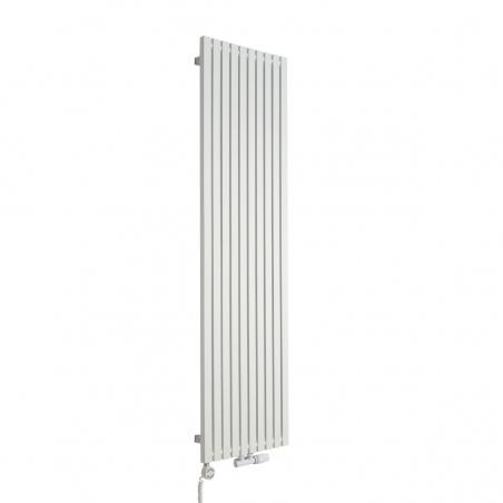 Grzejnik dekoracyjny pionowy Advantage o wymiarach 180x49 w kolorze białym, z dopasowaną kolorystycznie grzałką elektryczną MOA 1000W, oraz zaworem termostatycznym zespolonym Multiflow w figurze kątowej prawej.