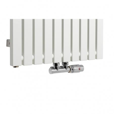 Zawór termostatyczny Multiflow chrom, figura kątowa prawa podłączony do grzejnika dekoracyjnego Advantage 180x49 w kolorze białym.