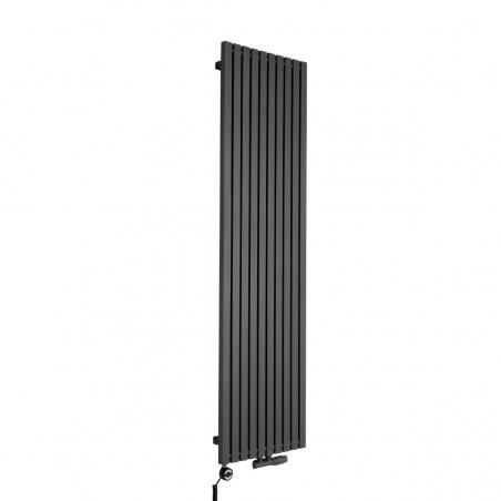Grzejnik dekoracyjny pionowy Advantage o wymiarach 180x49 w kolorze grafit struktura, z dopasowaną kolorystycznie grzałką elektryczną MOA 1000W, oraz zaworem termostatycznym zespolonym Multiflow w figurze kątowej prawej.