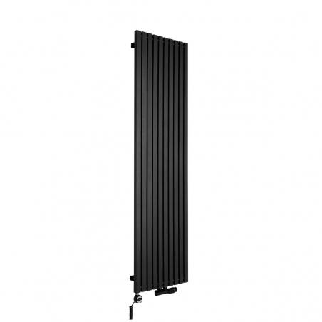 Grzejnik dekoracyjny pionowy Advantage o wymiarach 180x49 w kolorze czarna struktura, z dopasowaną kolorystycznie grzałką elektryczną MOA 1000W, oraz zaworem termostatycznym zespolonym Multiflow w figurze kątowej prawej.