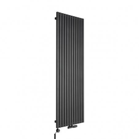 Grzejnik dekoracyjny pionowy Advantage o wymiarach 180x59 w kolorze grafit struktura, z dopasowaną kolorystycznie grzałką elektryczną MOA 1200W, oraz zaworem termostatycznym zespolonym Multiflow w figurze kątowej prawej.