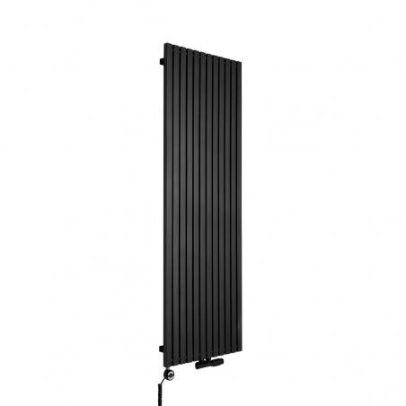Grzejnik dekoracyjny pionowy Advantage o wymiarach 180x59 w kolorze czarnej struktury, z dopasowaną kolorystycznie grzałką elektryczną MOA 1200W, oraz zaworem termostatycznym zespolonym Multiflow w figurze kątowej prawej.