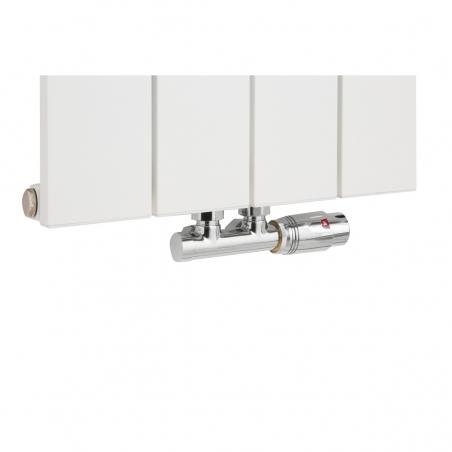 Zawór termostatyczny zespolony Multiflow chrom, w figurze kątowej prawej podłączony do grzejnika dekoracyjego pionowego Drama 180x37 w kolorze białej struktury.