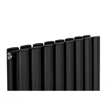 Zbliżenie na szczyt grzejnika dekoracyjnego pionowego Ultimate 2, w rozmiarze 180x60 kolor czarny matowy.