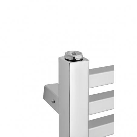Zbliżenie na narożnik chromowanego grzejnika łazienkowego dekoracyjnego Essence.