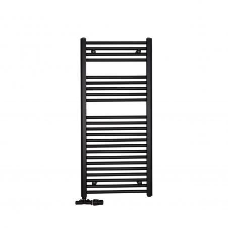 Grzejnik łazienkowy drabinkowy Constans 110x50cm w kolorze czarnym z podłączeniem dolnym o rozstawie 455mm. Z lewej strony zamontowane czarne przyłącze jednootworowe Vario Term Unico, figura kątowa prawa, pozwalające na zmianę rozstawu podłączenia na 50mm