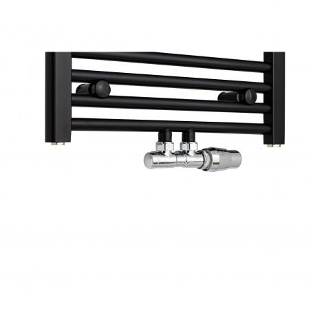 Grzejnik łazienkowy drabinkowy Constans o szerokości 50cm w kolorze czarnym z podłączeniem dolnym środkowym o rozstawie 50mm. Zamontowany zawór zespolony Vario Term Twins chrom w figurze kątowej prawej.
