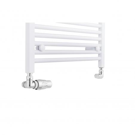 Grzejnik łazienkowy drabinkowy Constans o szerokości 60cm w kolorze białym błyszczącym z podłączeniem dolnym o rozstawie 550mm. Zamontowany chromowany zestaw termostatyczny Vision firmy Vario Term, figura osiowa lewa.