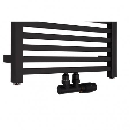 Nowoczesny grzejnik łazienkowy dekoracyjny Essence o szerokości 50cm w kolorze czarnym matowym z podłączeniem dolnym środkowym o rozstawie 50mm oraz z zamontowanym zaworem zespolonym Multiflow w kolorze czarnym, figura kątowa prawa.