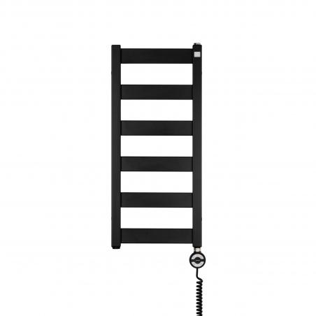 Grzejnik łazienkowy elektryczny Terma Leda. Grzejnik wąski o szerokości 30cm i wysokości 67cm, kolor czarny mat. Z prawej strony zamontowana czarna grzałḱa elektryczna Moa o mocy 200W