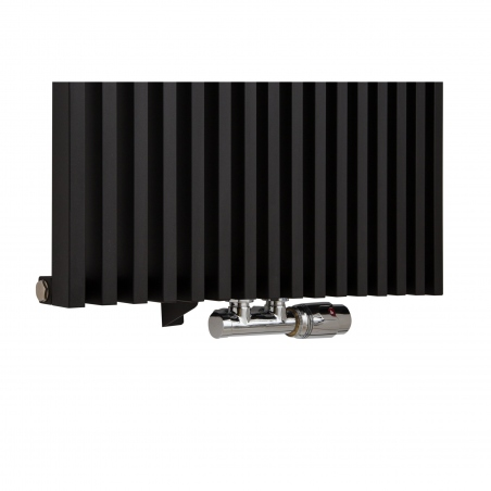 Zawór termostatyczny zespolony Multiflow chrom, w figurze kątowej prawej, podłączony do grzejnika dekoracyjnego Diva 180x62 w kolorze czarnego matu.