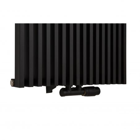 Zawór termostatyczny zespolony Multiflow czarny, w figurze kątowej prawej, podłączony do grzejnika dekoracyjnego Diva 180x62 w kolorze czarnego matu.