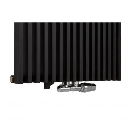 Zawór termostatyczny zespolony Twins chrom, w figurze kątowej prawej, podłączony do grzejnika dekoracyjnego Diva 180x62 w kolorze czarnego matu.