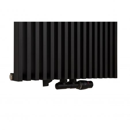 Zawór termostatyczny zespolony Twins czarny, w figurze kątowej prawej, podłączony do grzejnika dekoracyjnego Diva 180x62 w kolorze czarnego matu.