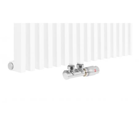 Zawór termostatyczny zespolony Multiflow chrom, w figurze kątowej prawej, podłączony do grzejnika dekoracyjnego Diva 180x62 w kolorze białego matu.