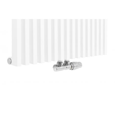 Zawór termostatyczny zespolony Twins chrom, w figurze kątowej prawej, podłączony do grzejnika dekoracyjnego Diva 180x62 w kolorze białego matu.