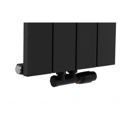 Zawór termostatyczny zespolony Multiflow w figurze kątowej prawej, kolor czarny, na grzejniku dekoracyjnym pionowym Drama 180x37 w kolorze czarnym strukturalnym.