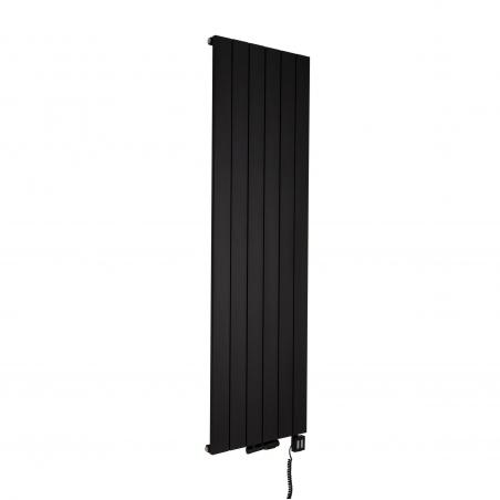 Grzejnik dekoracyjny Drama 180x56 czarny w wariancie wodno-elektrycznym, z podłączoną grzałką elektryczną KTX4 1000W czarną, oraz zaworem termostatyczny zespolonym Mulltiflow w figurze kątowej prawej, w kolorze czarnym.