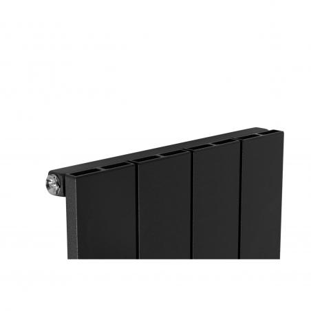 Detal grzejnika dekoracyjnego pionowego Drama 180x37 w kolorze czarnej struktury.