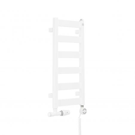 Grzejnik łazienkowy Terma Leda. Grzejnik wąski o szerokości 30cm i wysokości 67cm, kolor biały, z podłączeniem dolnym o rozstawie 270mm i z zamontowanym białym przyłączem jednootworowym Unico oraz z grzałką elektryczną Terma Moa białą o mocy 200W