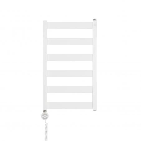 Grzejnik łazienkowy Terma Leda. Grzejnik wąski o szerokości 40cm i wysokości 67cm, kolor biały mat, z podłączeniem dolnym o rozstawie 370mm, z zamontowaną z lewej strony białą grzałką elektryczną Terma Moa o mocy 200W
