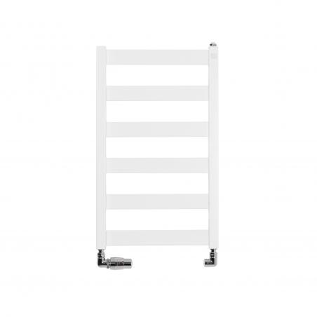 Grzejnik łazienkowy Terma Leda. Grzejnik wąski o szerokości 40cm i wysokości 67cm, kolor biały mat, z podłączeniem dolnym o rozstawie 370mm, z zamontowanym chromowanym zestawem zaworów Vision